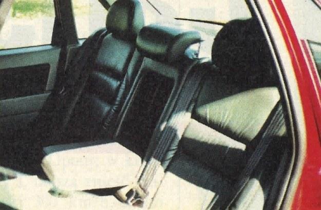 Tradycyjnie w tylne siedzenie wbudowano fotelik dla dziecka, pełniący też funkcję podłokietnika. /Motor