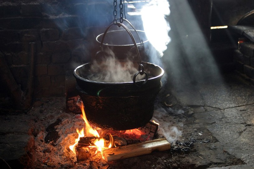 Tradycyjny ser zaczyna się produkować od podgrzania w kotle serwatki /ANNA KACZMARZ/REPORTER /East News