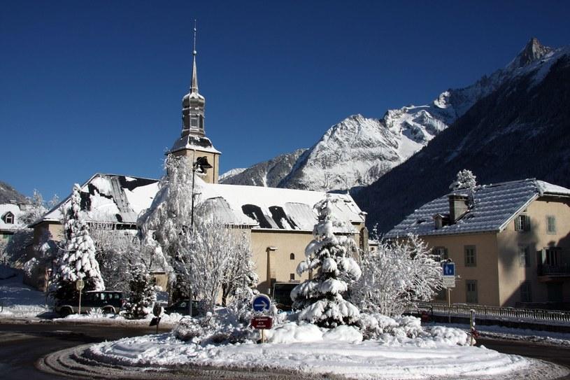 Tradycyjny wiejski kościółek St. Michel w centrum Chamonix. Warte obejrzenia są piękne witraże i drewniane zdobienia /123RF/PICSEL