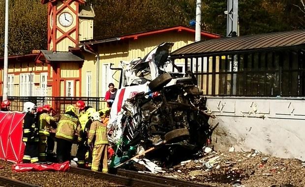 Tragedia na przejeździe kolejowym w Puszczykowie. Pociąg uderzył w karetkę pogotowia
