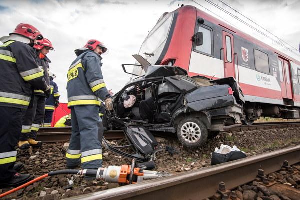 Dwie osoby podróżujące samochodem zginęły na miejscu.
