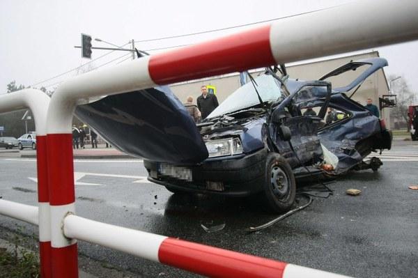 Kierowca renault clio zginął w wypadku do którego doszło w Niedźwiedziu (wielkopolskie). Samochód osobowy, którym jechało 6 dzieci, wjechał wprost pod cieżarówkę. Kierowca wiózł 5 dzieci swoich i jedno sąsiada. Wszystkie dzieci odniosły poważne obrażenia.