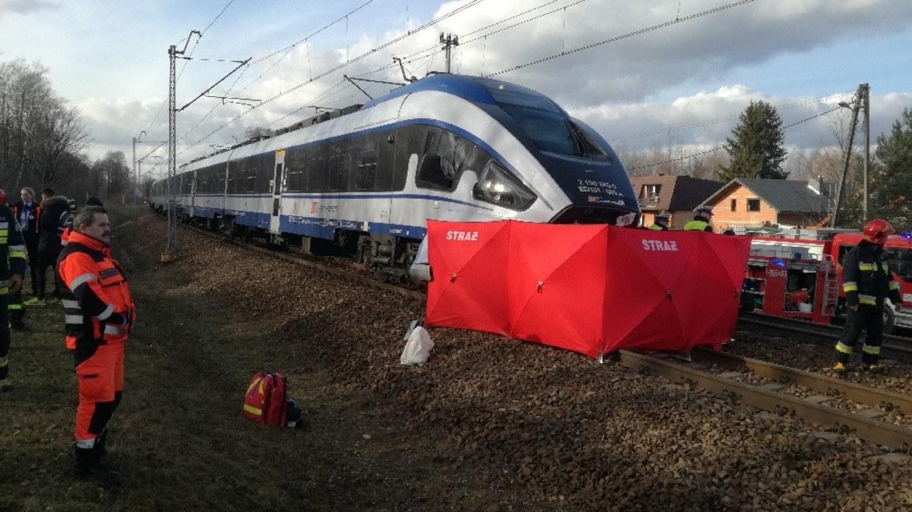 Tragedia w Łódzkiem. Kierowca wjechał na tory przy zamkniętych zaporach
