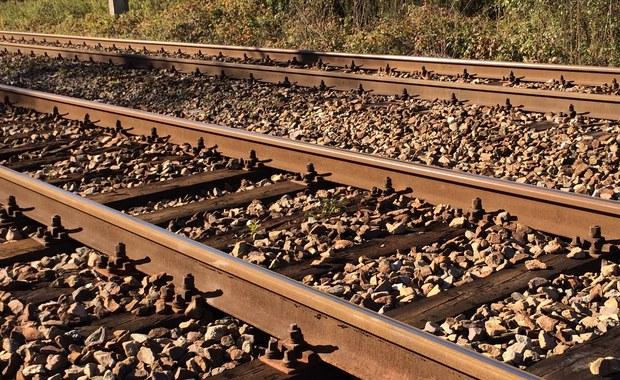 Tragiczny wypadek na Dolnym Śląsku. Motocyklista potrącony przez pociąg