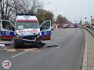 Tragiczny wypadek na Mazowszu. Karetka z pacjentem mającym Covid-19 zderzyła się z autem