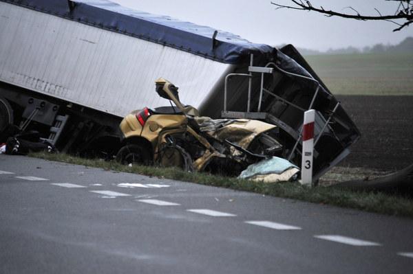 Ze wstępnych ustaleń policji wynika, że doszło do czołowego zderzenia tira i osobowego volkswagena golfa. Śmierć w wypadku ponieśli podróżujący golfem.