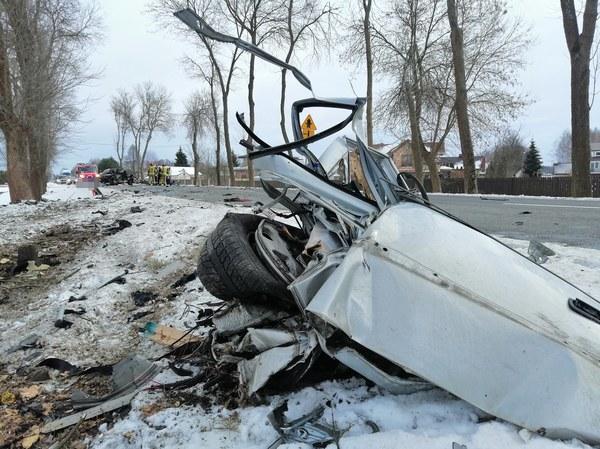 Ze wstępnych ustaleń policjantów ruchu drogowego wynika, że 35-letni kierowca opla, jadąc w kierunku Wyszkowa zjechał na lewą stronę drogi i uderzył w drzewo.