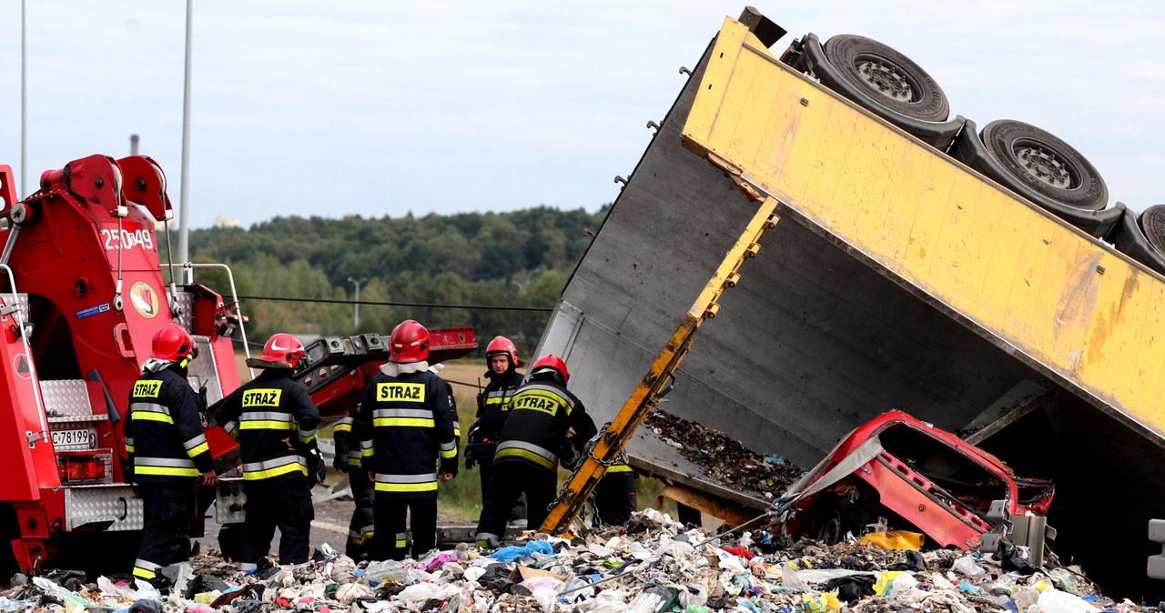 Tragiczny wypadek w Bytomiu. Ciężarówka przewożąca śmieci przewróciła się na auto osobowe. Zginęła j