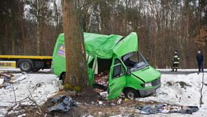Tragiczny wypadek w Kajetanówce. Bus uderzył w drzewo
