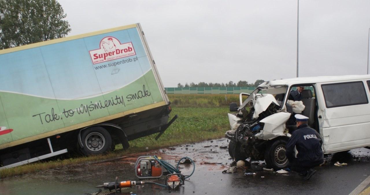 Tragiczny wypadek w Łódzkiem, bus zderzył się z tirem