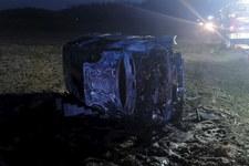 Tragiczny wypadek w Świętokrzyskiem. Samochód dachował i spłonął