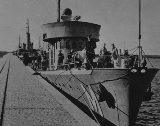 """Trałowiec ORP """"Mewa"""" zacumowany przy nadbrzeżu /Z archiwum Narodowego Archiwum Cyfrowego"""