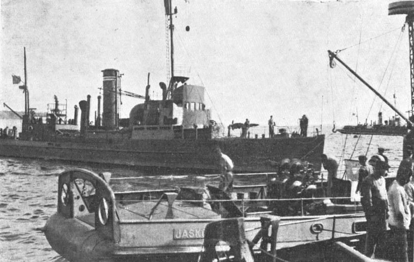 Trałowiec typu FM, tutaj pod polską banderą. Dzięki obecności okrętu tego typu udało się zdławić komunistyczne powstanie /Wikimedia Commons /materiały prasowe
