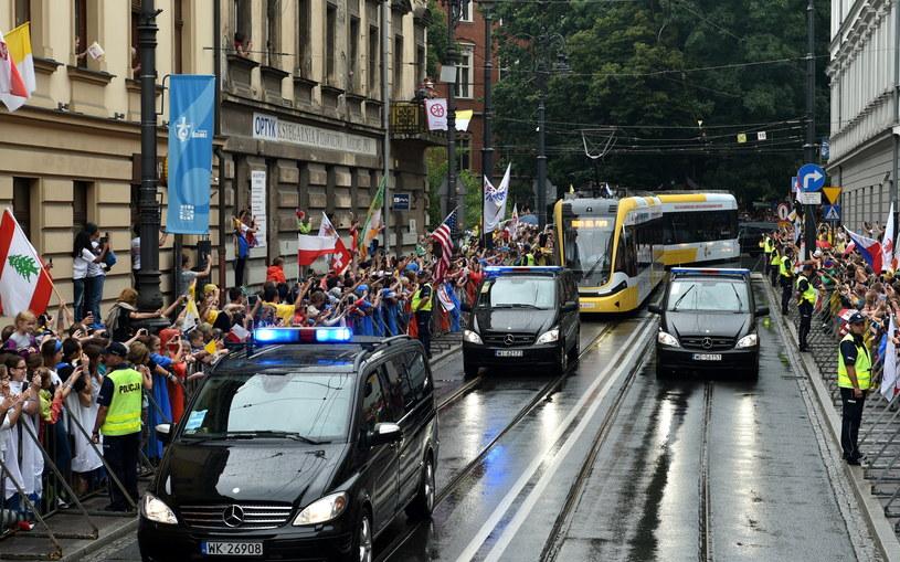 """Tramwaj """"Krakowiak"""" z papieżem Franciszkiem i młodzieżą niepełnosprawną /Marcin Obara /PAP"""