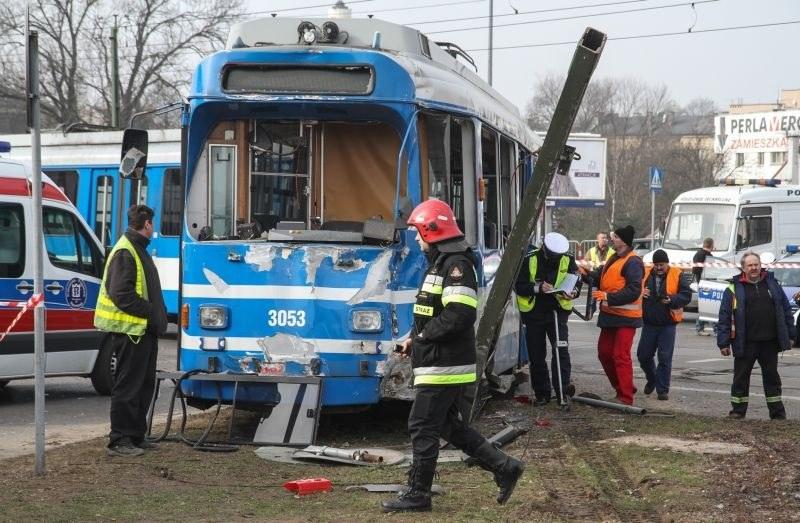 Tramwaj ma bardzo ograniczone możliwości uniknięcia wypadku, a skutki zderzenia z nim są zwykle poważne /Jan Graczyński /East News
