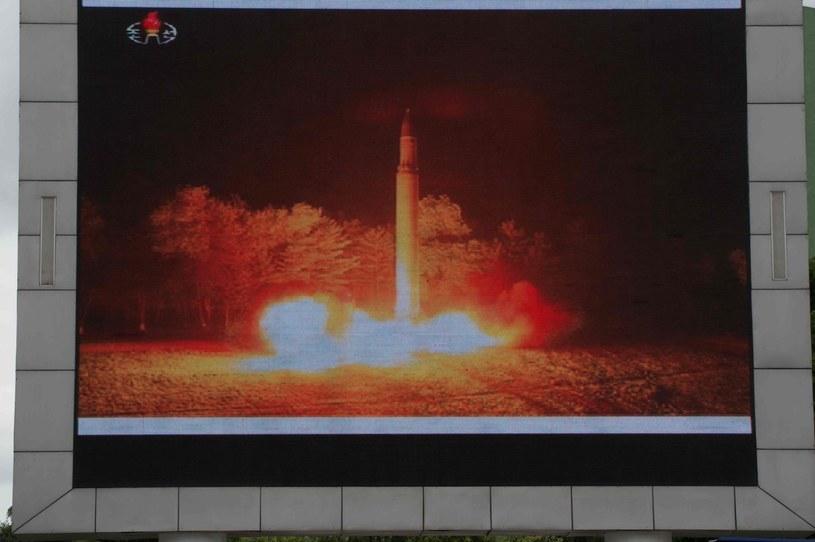 Transmisja z wystrzelenia międzykontynentalnego pocisku balistycznego na ekranie w Pjongjangu /AFP
