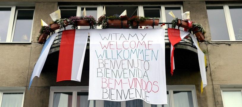 Transparent powitalny wywieszony z jednego z krakowskich balkonów /Darek Delmanowicz /PAP