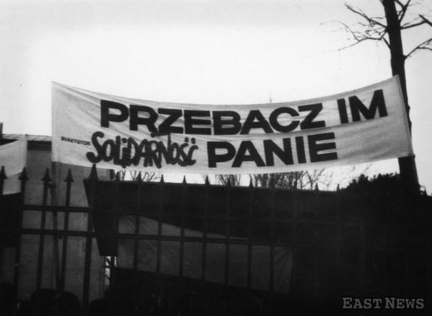 """Transparent """"Solidarności"""" na kościele św. Stanisława Kostki /D. Lomaczewska /East News"""