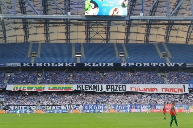 Transparent wywieszony przez kibiców Lecha w czasie meczu z Żalgirisem Wilno /Jakub Kaczmarczyk /PAP