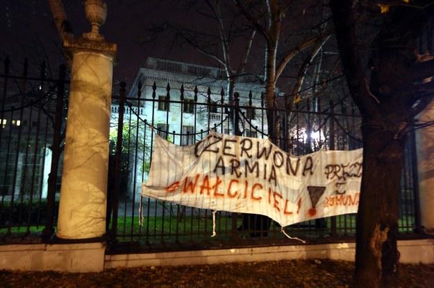Transparent zawieszony na tyłach ambasady Federacji Rosyjskiej przez uczestników Marszu Niepodległości /Tomasz Gzell /PAP