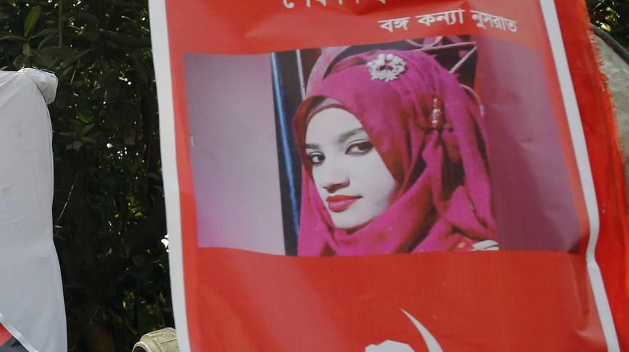 Transparent ze zdjęciem Nusrat pokazywany podczas protestów w Dhace /MONIRUL ALAM /PAP/EPA