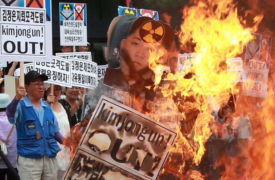 Transparenty z demonstracji przeciwko rządom Kim Dzong Una /YANG JI-WOONG /PAP/EPA
