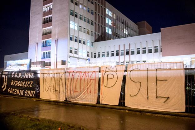 Transparenty zawieszone przez kibiców przed Wojskowym Szpitalem Klinicznym z Polikliniką w Bydgoszczy /Andrzej Damazy /PAP