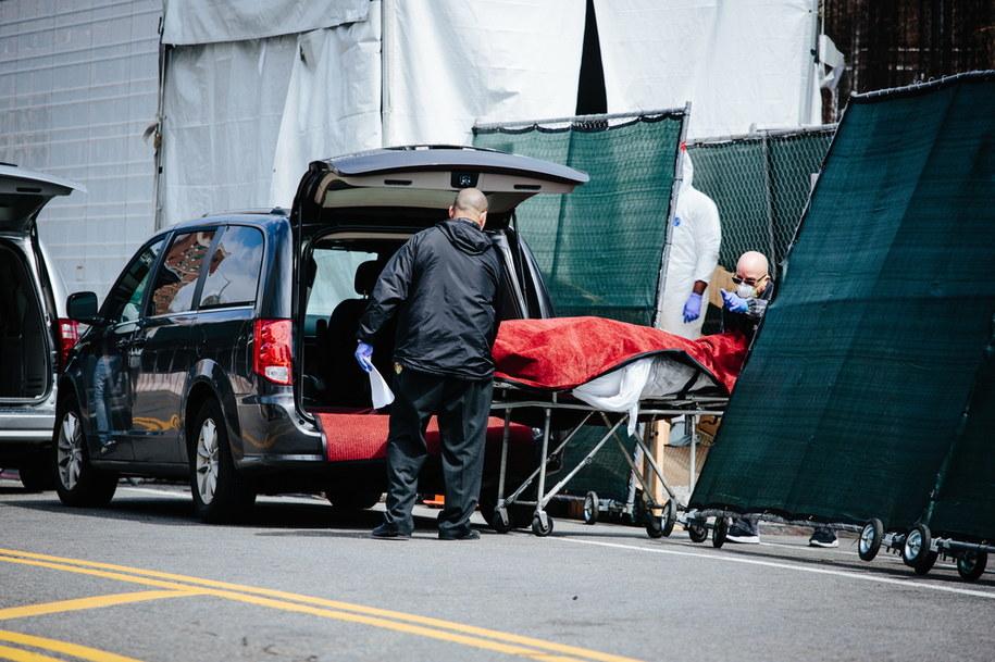 Transport ciała do tymczasowej kostnicy w Nowym Jorku /ALBA VIGARAY /PAP/EPA