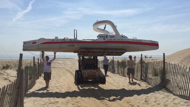 Transport kajaka Aleksandra Doby z brzegu Półwyspu Sandy Hook /Alex Chmielinski  /PAP/EPA