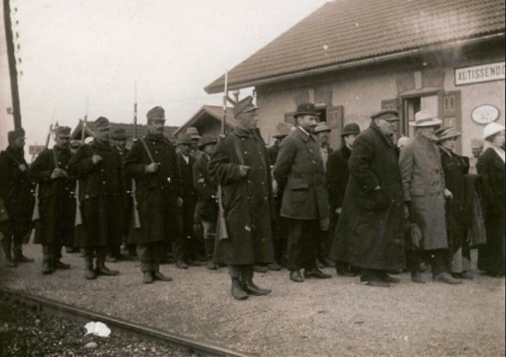Transport Łemków eskortowany przez austriackich żołnierzy /INTERIA.PL/materiały prasowe