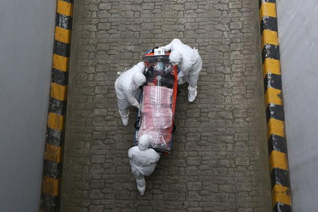 Transport pacjenta z podejrzeniem koronawirusa do szpitala /KIM CHUL-SOO /PAP/EPA