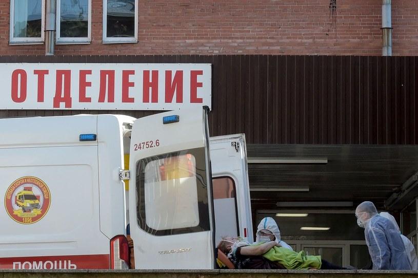 Transport pacjenta zakażonego koronawriusem w Sankt Petersburgu, zdjęcie ilustracyjne /AFP