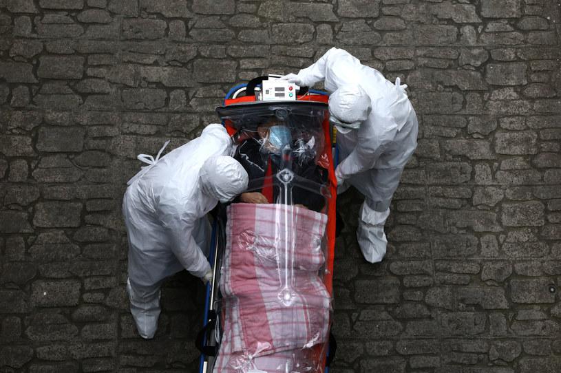 Transport pacjenta zakażonego SARS-CoV-2, zdjęcie ilustracyjne /Chung Sung-Jun /Getty Images