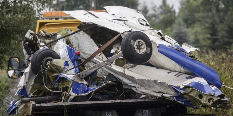 Transport wraku samolotu, który dzień wcześniej rozbił się w miejscowości Wsola /Michał Walczak /PAP