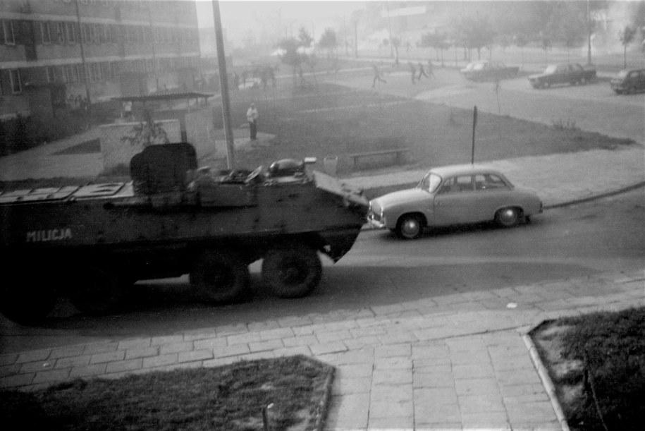 Transporter nieopodal kościoła Arka Pana - 31.08.1982 r. /Jacek Boroń /