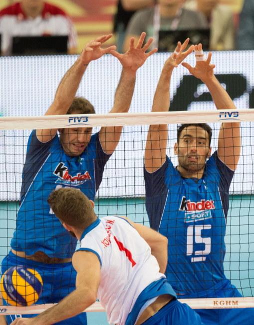 Travica (z lewej) i Birarelli blokują Petricia w meczu Włochy - Serbia /Grzegorz Michałowski /PAP