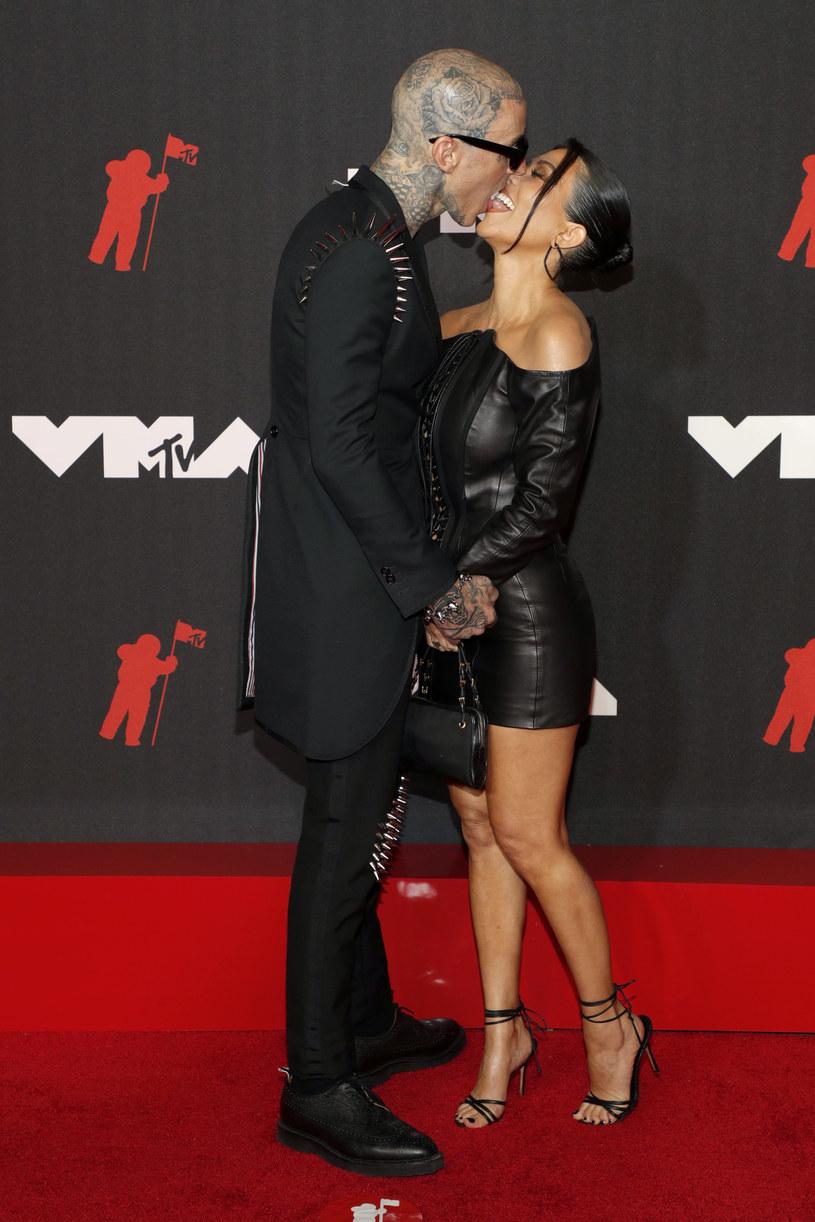 Travis Barker i Kourtney Kardashian całują się na ściance podczas gali VMA /Astrid Stawiarz /Getty Images