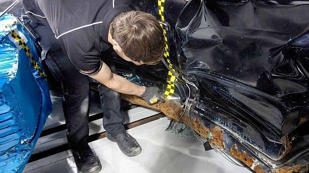 Trawione przez rdzę nadwozie podczas zderzenia nie zachowuje się tak, jak założył producent auta. /Folksam