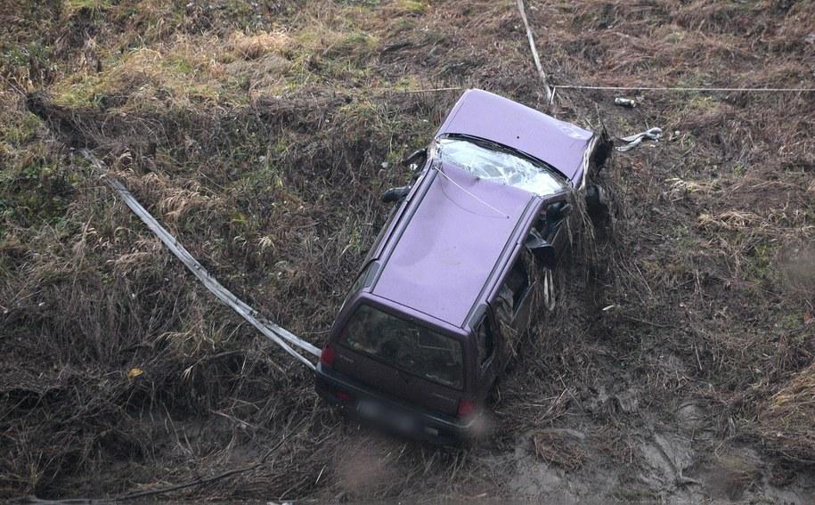 trażacy wydobywają z rzeki samochód tico, którym być może podróżowały nastolatki. /Dariusz Delmanowicz    /PAP