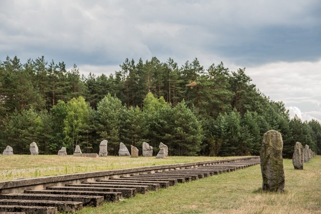 Treblinka, niemiecki nazistowski obóz zagłady funkcjonujący od lipca 1942 roku do listopada 1943 roku na terenie gminy Kosów w powiecie sokołowskim. Na zdjęciu symboliczny tor kolejowy /Marcin Bruniecki /Reporter