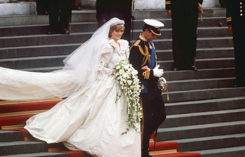 Tren sukni księżnej Diany miał prawie 8 metrów długości /Rex Features /East News