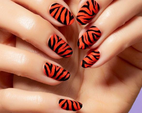 Trend: tygrysie paski, fot. @mpnails /Styl.pl/materiały prasowe