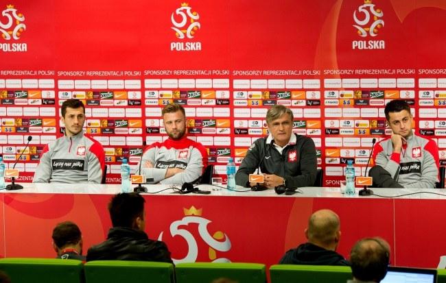 Trener Adam Nawałka wraz z bramkarzami Łukaszem Fabiańskim i Arturem Borucem oraz pomocnikiem Tomaszem Jodłowcem /Maciej Kulczyński /PAP