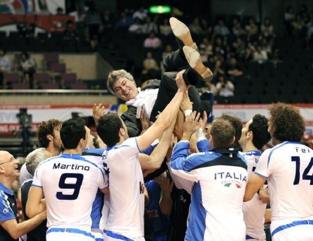 Trener Anastasi podrzucany przez siatkarzy kadry Włoch podczas Igrzysk Olimpijskich w Pekinie /AFP