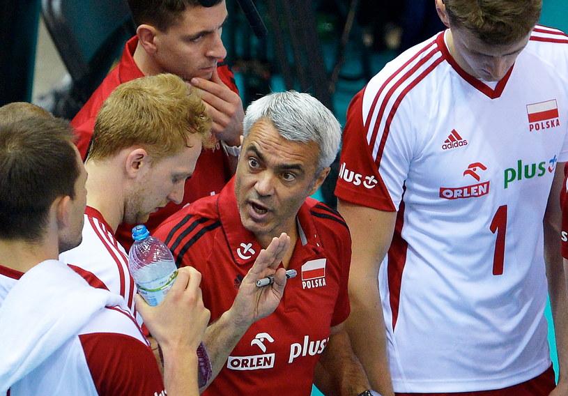 Trener Andrea Anastasi z reprezentantami Polski /Adam Warżawa /PAP