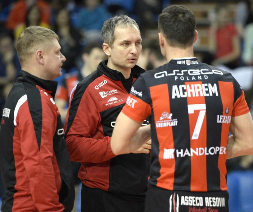 Trener Andrzej Kowal (C), jego asystent Marcin Ogonowski (L) oraz Olieg Achrem (P) podczas treningu Resovii /Darek Delmanowicz /PAP