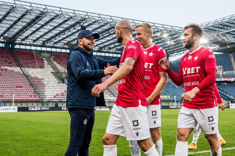 Trener Artur Skowronek gratuluje swoim zawodnikom po wygranej z Podbeskidziem /Jakub Gruca  /Newspix