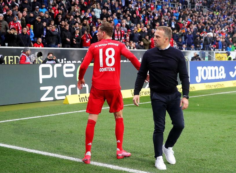 Trener Bayernu Hansi Flick i Leon Goretzka /PAP/EPA