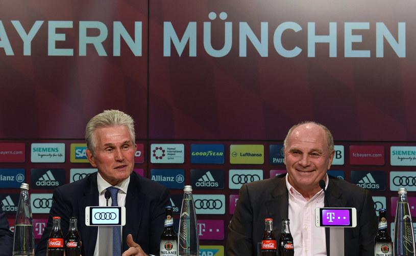 Trener Bayernu Jupp Heynckes (z lewej) i prezes klubu Uli Hoeness (z prawej) /AFP