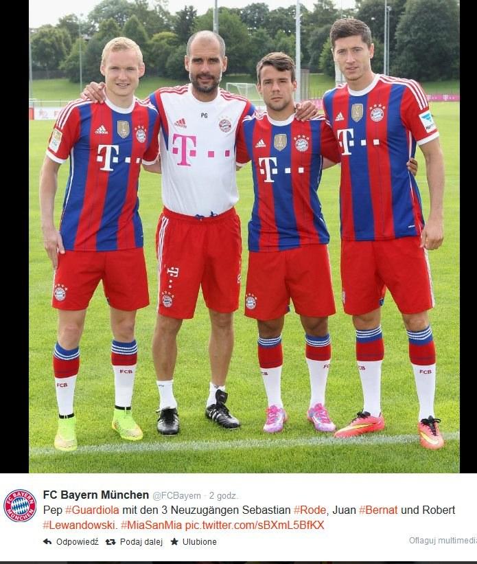 Trener Bayernu Pep Guardiola z trzema nowymi piłkarzami bawarskiego klubu: Robertem Lewandowskim (z prawej), Juanem Bernatem i Sebastianem Rode (z lewej). /Internet